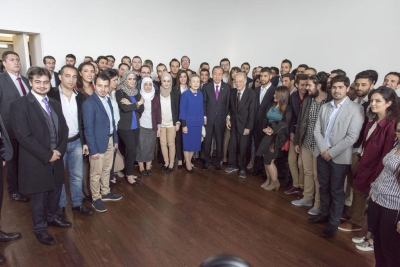 Ban Ki-moon, Jorge Sampaio and Syrian Students pose for a photo group